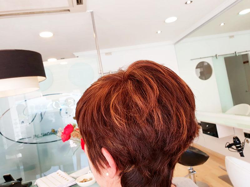 Un peinado bob con tonos dorados cobrizos